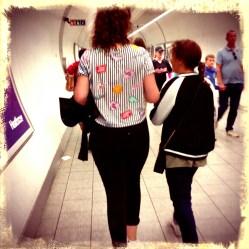 De draken liepen door de metrogangen alsof ze nooit anders hadden gedaan.