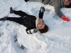 Terwijl ze eigenlijk foto's ging maken van ons als sneeuwengelen. Nou ja, meer een sneeuwduivel met haar middenvinger omhoog en een gestrande walvis.