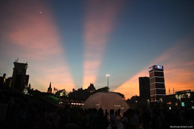 Парк копий Чудес Света в Шэньчжэне. Окно в Мир вечером