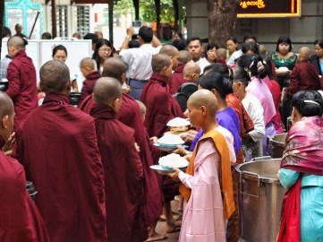 Maha Gandayon Monastery lunch service