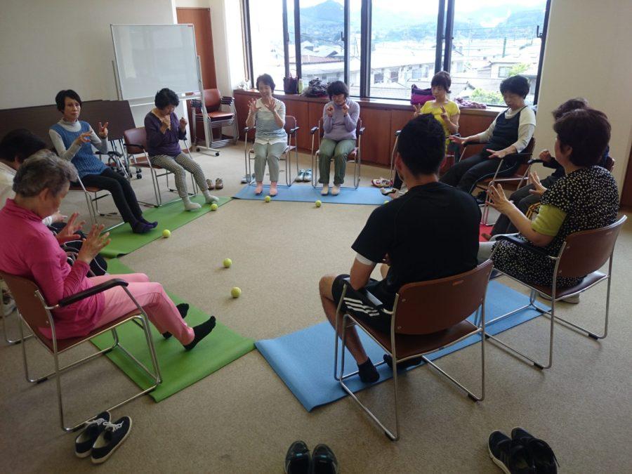 いきいき体操は転倒予防にも効果のある運動をしています。