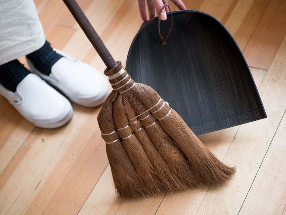 Takada_Shuro Broom with Hinoki Broomstick_Long_Harimi Paper Dustpan_L