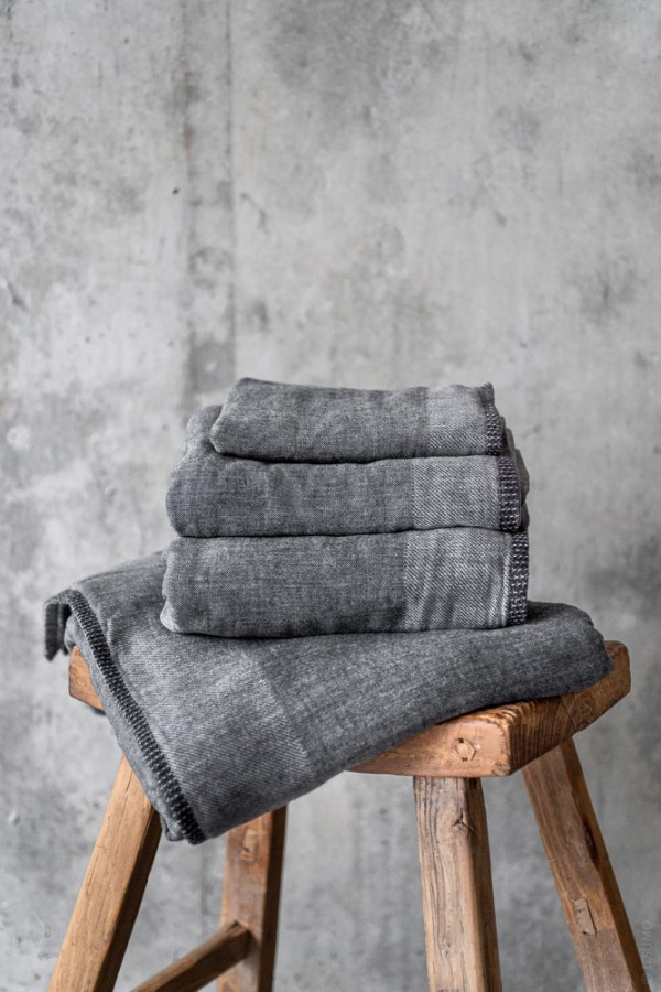 Uchino_Zen Charcoal Gauze & Pile Towel_dark grey_top