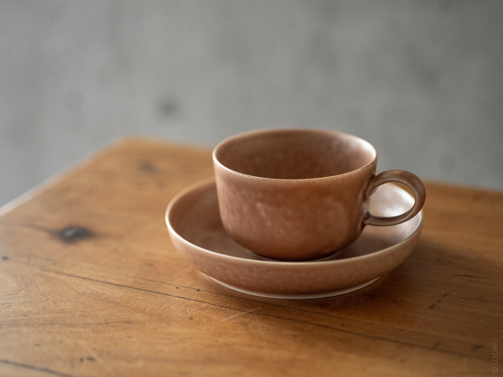 Yumiko Iihoshi Porcelain_tableware_reirabo_cup & round plate_quiet warm soil brown