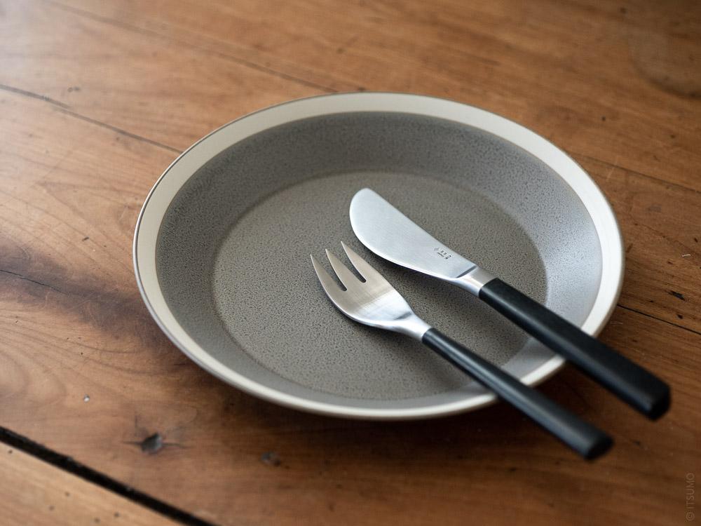 Sori Yanagi_Black Cutlery_Dessert Knife & Dessert Fork_Yumiko Iihoshi Porcelain_Dishes_plate_moss grey