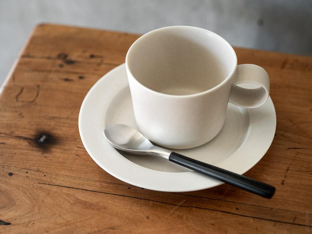 Sori Yanagi_Black Cutlery_Tea Spoon_Yumiko Iihoshi Porcelain Unjour Cup & Plate_suna
