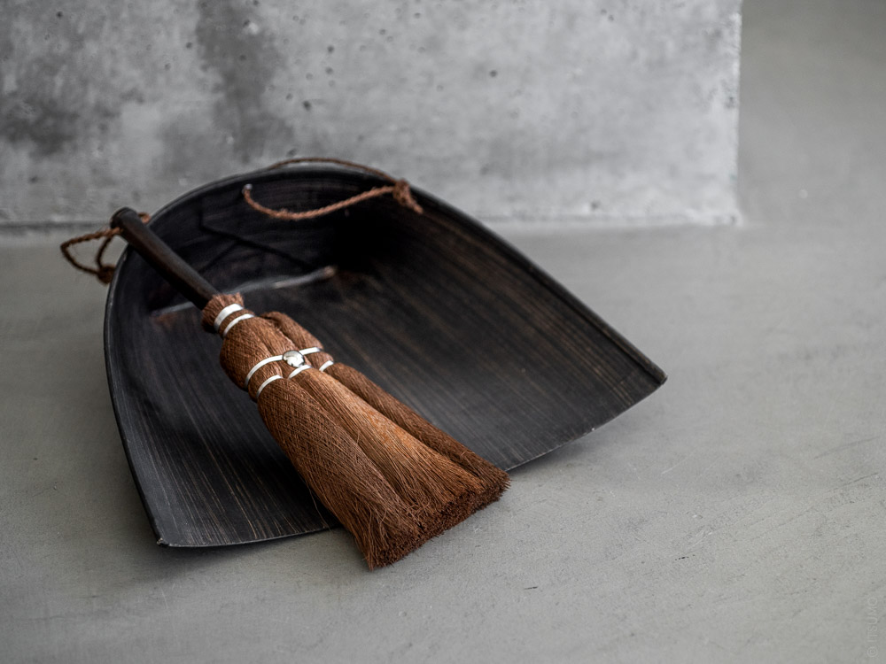Takada_Harimi Paper Dustpan and Handy Broom with Black Bamboo Handle