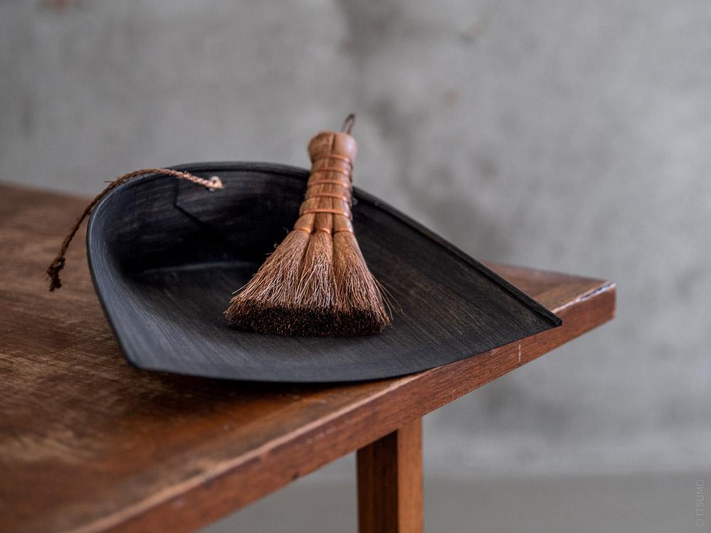 Takada_Harimi Paper Dustpan_black_S_Shuro Hand Broom