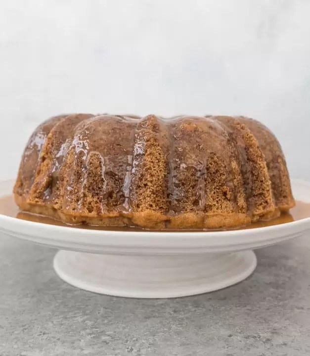 Full of spices and packed with apples, this fresh apple bundt cake with caramel glaze is the perfect fall dessert! #cake #apples