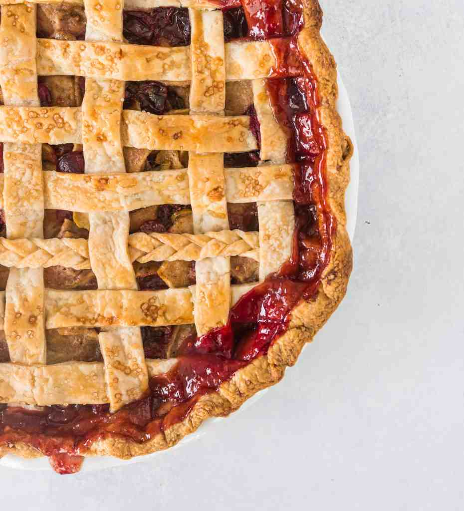 Apple cranberry pie is a delicious twist on a classic, perfect for Thanksgiving or any winter holiday! recipe via itsybitsykitchen.com #Thanksgiving #Christmas #pie