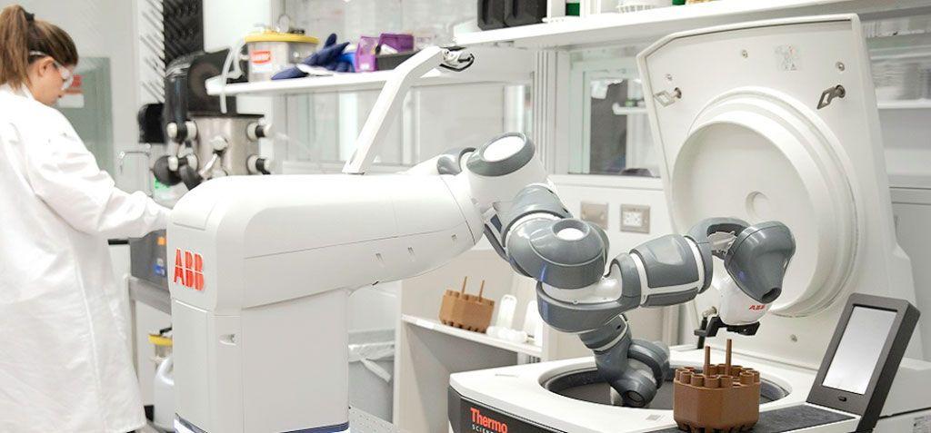 ABB-muestra-a-YuMi-un-robot-móvil-para-el-Hospital-del-Futuro