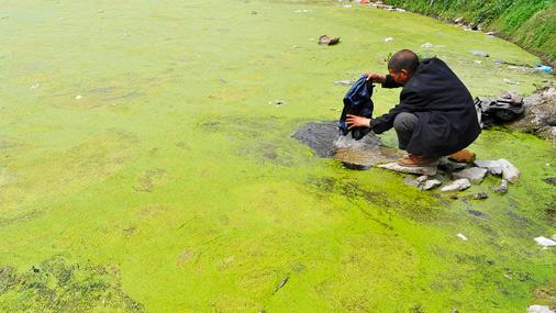 Piesārņots ezers Ķīnas austrumos. Lai gan valdība solījusi ūdens attīrīšanai nākamo desmit gadu laikā atvēlēt 850 miljonus ASV dolāru, pat šādi ieguldījumi diez vai spēs glābt situāciju daudzos piesārņotākajos valsts reģionos