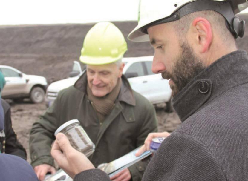 Každý z účastníků, včetně primátora Mostu Jana Paparegy (vpravo), si odvezl i trochu zeminy z lokality ČSA