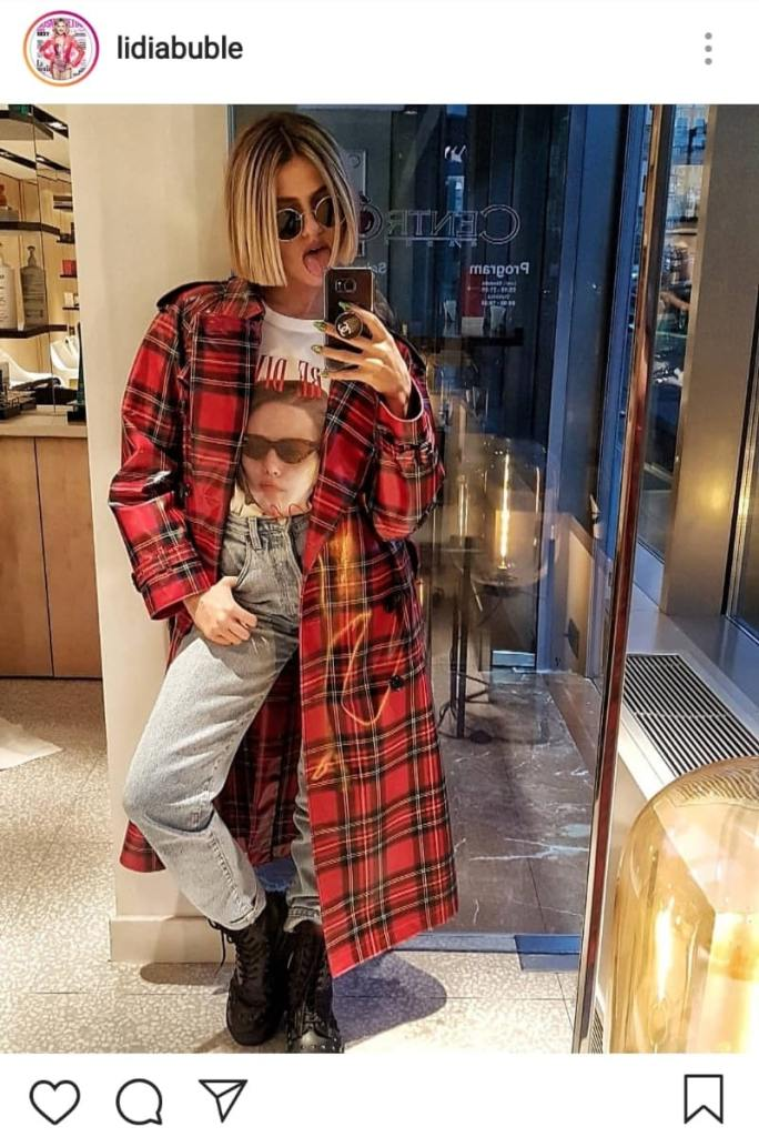 Lidia Buble în tricou, jeanși, jachetă și bocanci