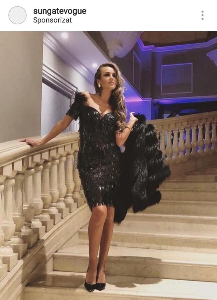 Diana Munteanu, în rochie cu paiete, pe scări