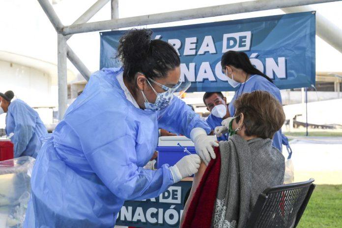 Aplicación de vacuna contra COVID-19 en CUValles