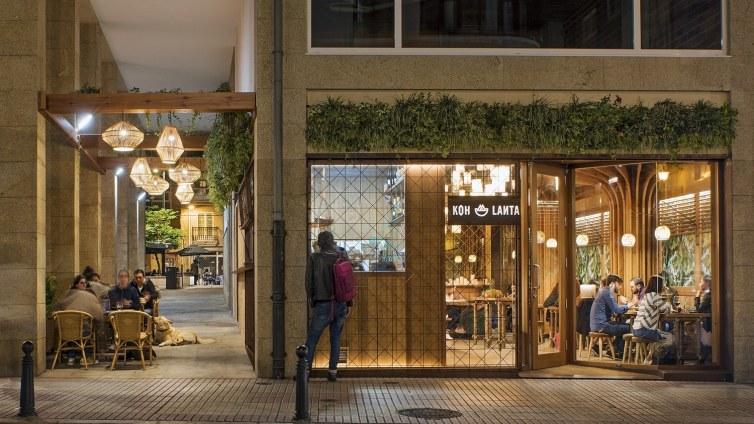 Fachada y terraza en diseño de restaurante Koh Lanta en A Coruña (Galicia)