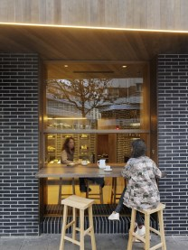 Clientes disfrutando en diseño interior de Panadería Carnoedo