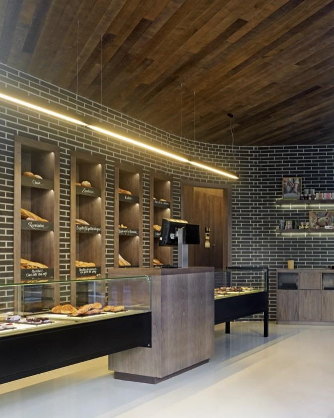 Mostradores de atención en diseño interior de Panadería Carnoedo