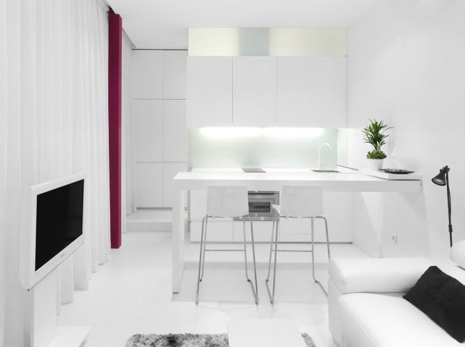 Mesado-encimera cocina en posición desplegada. Diseño interior de mini-apartamento en Madrid