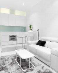 Sofá y mesa de centro en diseño interior de mini-apartamento en Madrid