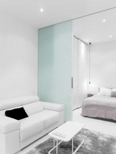 Habitación y sofá salón en diseño interior de mini-apartamento en Madrid
