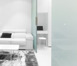 Puerta traslúcida habitación y zona de trabajo. Diseño interior de mini-apartamento en Madrid