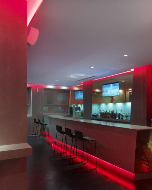 Barra y contrabarra en diseño de La Fragua de Vulcano Lounge & Bar