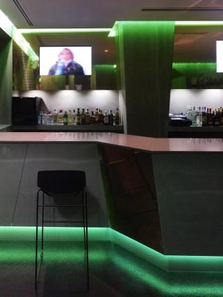Barra y contrabarra, iluminación LED en diseño de La Fragua de Vulcano Lounge & Bar