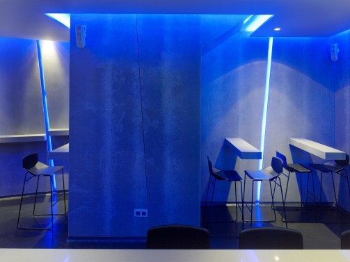 Mesas altas y detalles inclinados en diseño de La Fragua de Vulcano Lounge & Bar