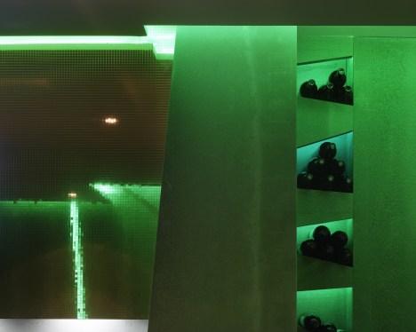 Botellero integrado con iluminación LED en La Fragua de Vulcano Lounge & Bar