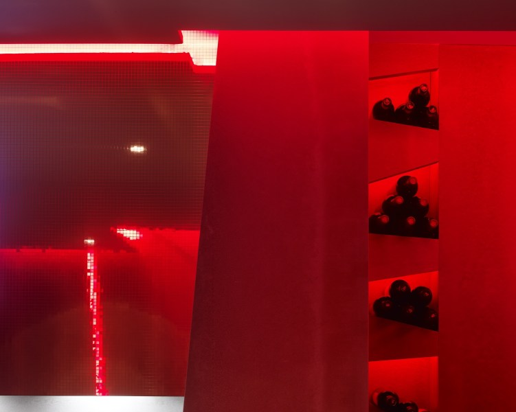 Botellero e iluminación LED Rojo en La Fragua de Vulcano Lounge & Bar