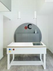 Mobiliario e iluminación de recepción en Centros Auditivos Connecta