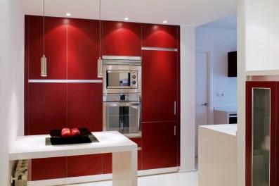Diseño interior de piso en Galicia. Vista cocina con horno y microondas