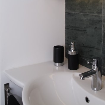 Diseño interior de piso en Galicia. Detalle lavabo en esquina