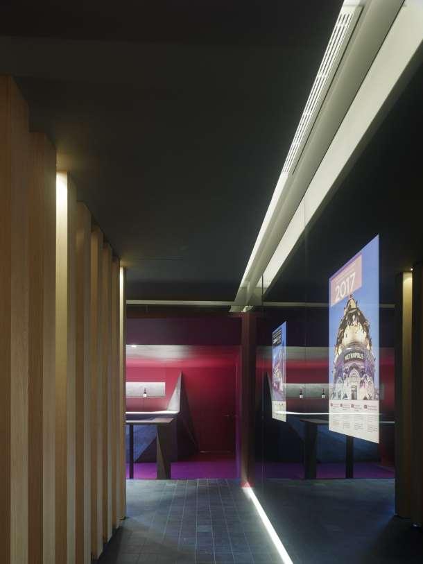 Claustro y pantallas informativas con detectores de presencia en Showroom experiencial de Cupa Pizarras en Galicia