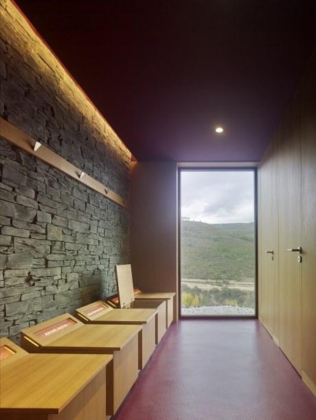 Butacas personalizadas con vistas a la montaña de Valdeorras en el diseño interior del Showroom experiencial de Cupa Pizarras en Galicia