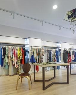 Iluminación y cuelgue de prendas en diseño interior de tienda de moda de mujer Jonathans