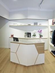 Mostrador de venta y almacenaje interno en diseño interior de tienda de moda de mujer Jonathans