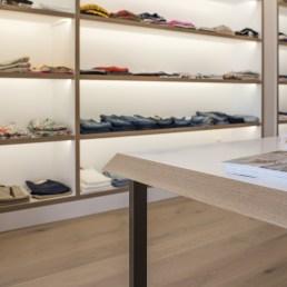 Detalles en canto de mesas de atención personalizada en diseño interior de tienda de moda de mujer Jonathans