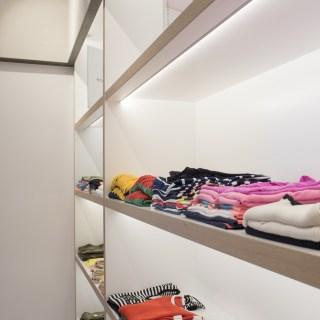Detalle exposición con iluminación interior en diseño interior de tienda de moda de mujer Jonathans