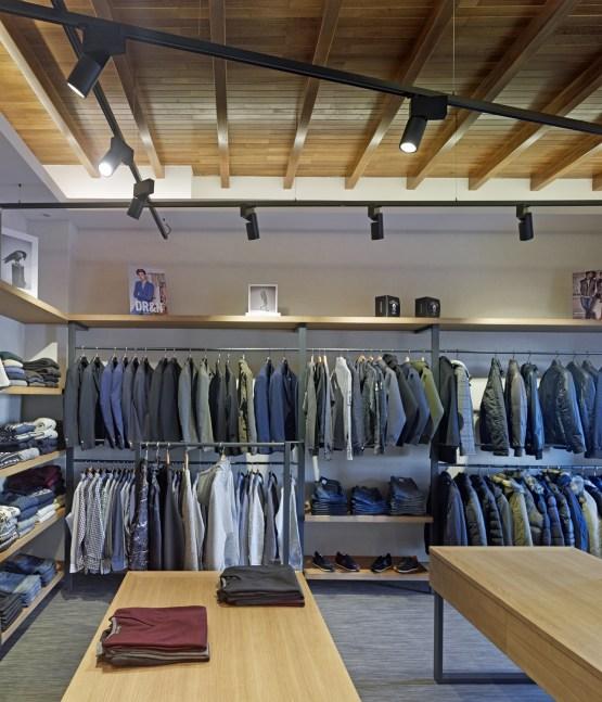 Zona de cuelgue y detalle iluminación-techo en tienda de moda hombre Madrás en Viveiro-Lugo