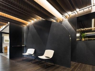 Zona de espera y entrada baños en Diseño de showroom de cocinas para Grupo Ramón García