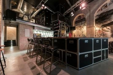 Vista barra en «U» y flight cases en Diseño de Restaurante Pracer en A Coruña