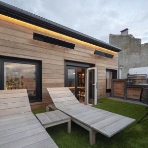 Terraza. Tumbonas y mesa modelo Kos de Tribú. Calefactores Bromic Platinum electric. Grill de Viking. Diseño y equipamiento vivienda en la costa.