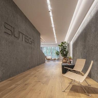 Butacas Fritz Hansen en exposición de mobiliario - INteriorismo EStratégico en Galicia - Showroom mobiliario Sutega