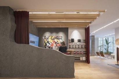 Mesa y estantería Suyma, Taburetes Akaba, cortina de Kvadrat, cuadro de Roberto Yepes - INteriorismo EStratégico en Galicia - Showroom mobiliario Sutega