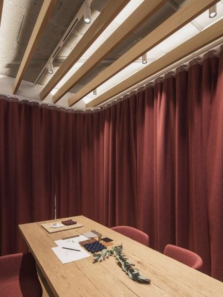 Mesa de Suyma, Taburetes Akaba, cortina de Kvadrat - INteriorismo EStratégico en Galicia - Showroom mobiliario Sutega