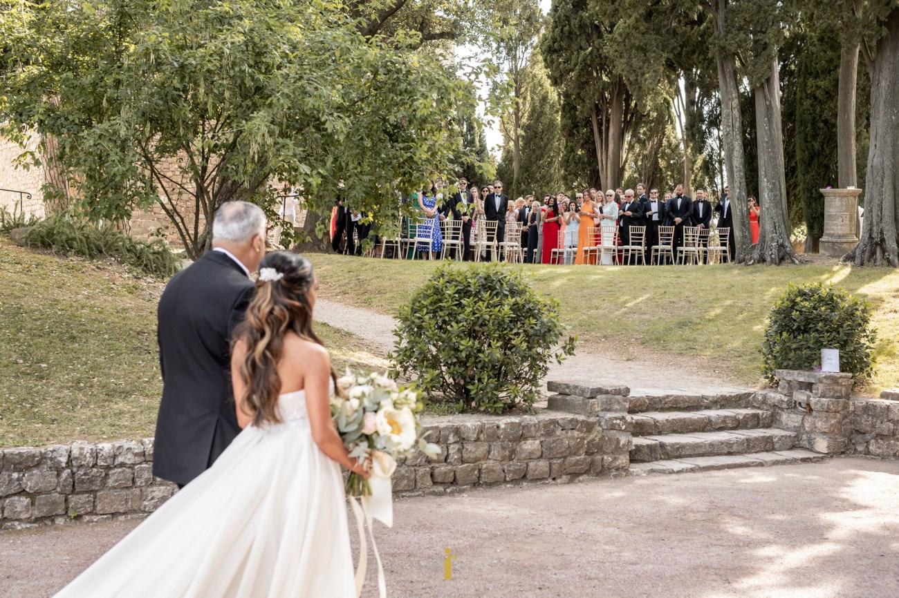 les invités voient la mariée arriver