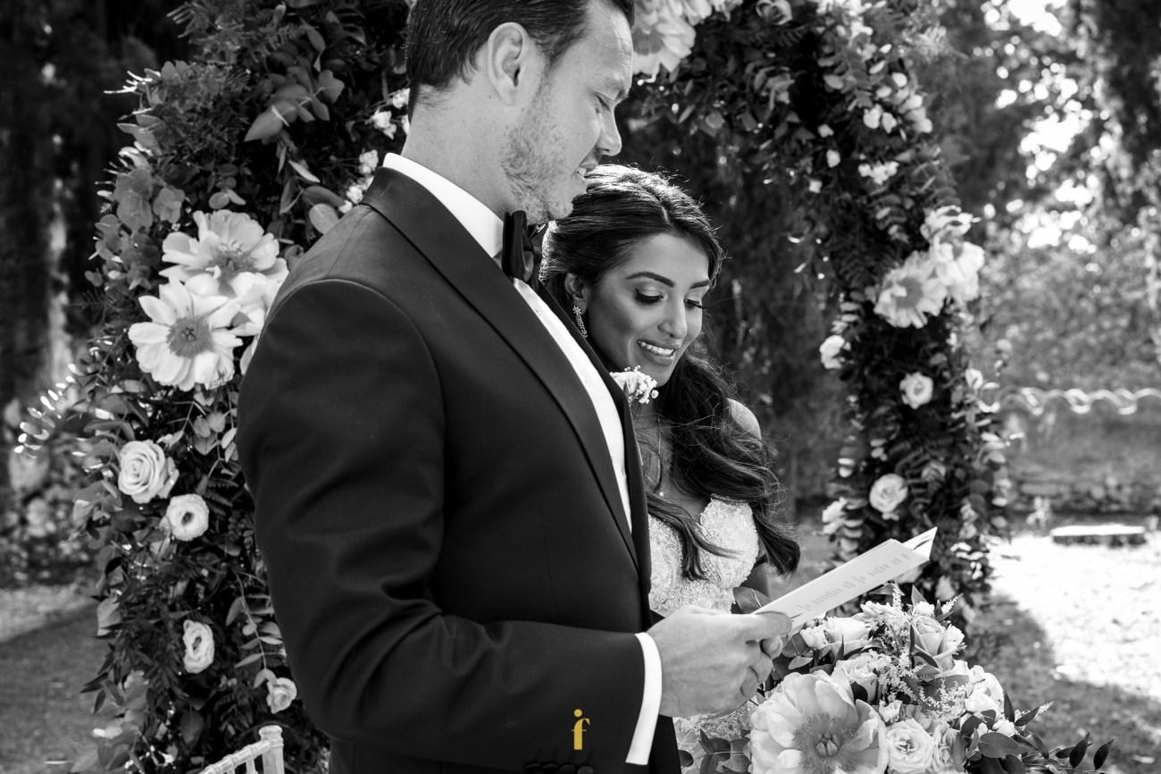 les mariés lisent un texte